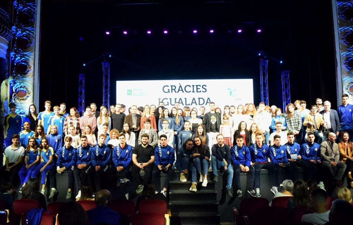 L'escenari del Teatre Municipal, amb tots els guanyadors i esportistes reconeguts