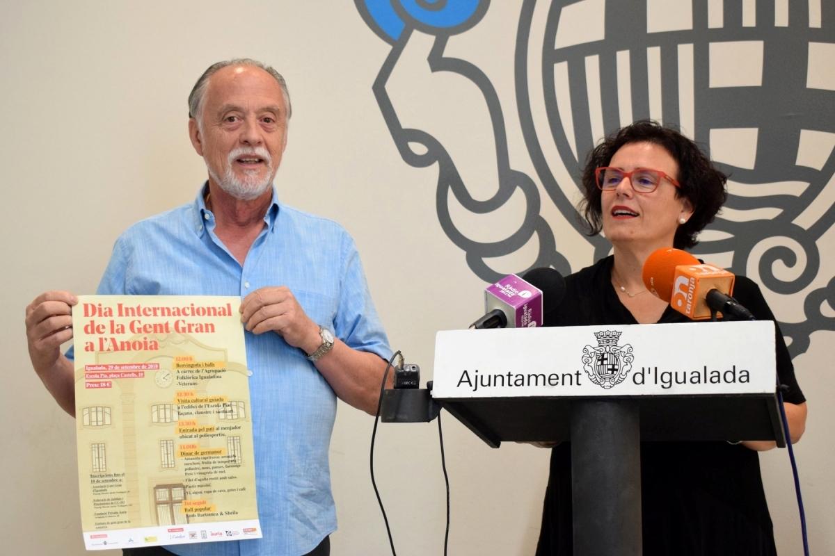 Enric Senserrich i Carme Riera, amb el programa d'actes