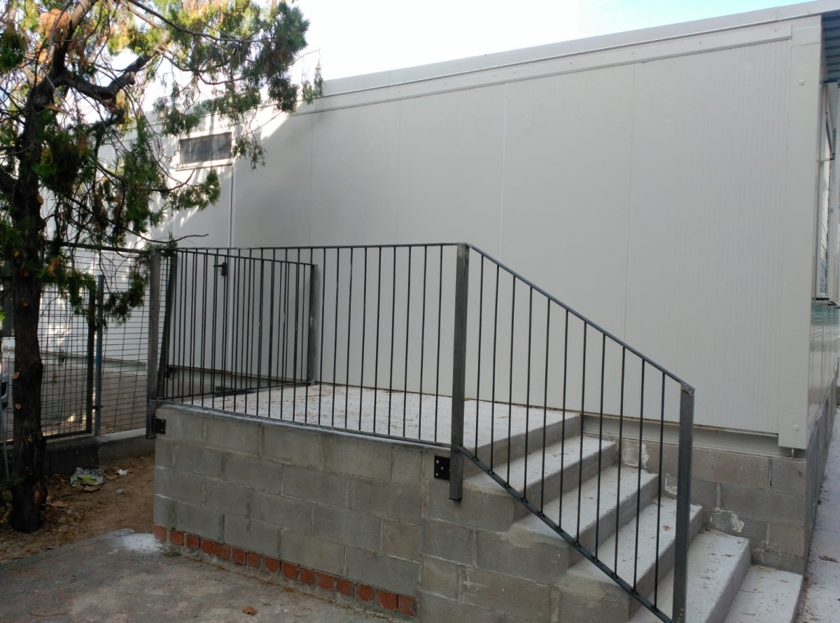 Unes escales que connecten amb els barracons, sense que hi hagi porta