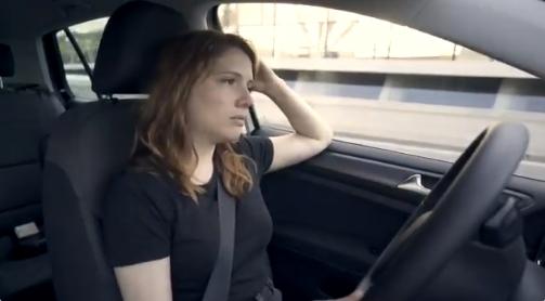 Gómez, al volant d'un cotxe en aquest anunci