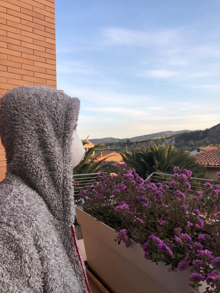 La Lídia, al balcó de casa seva
