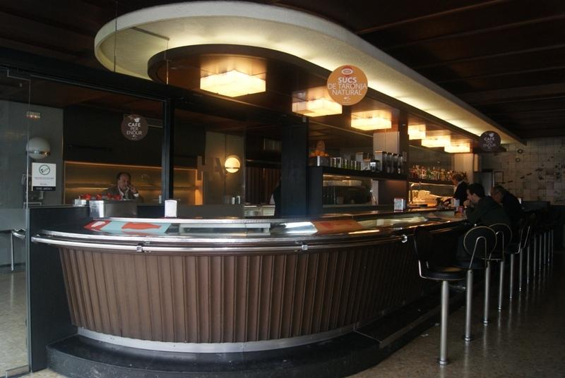 El bar de l'Hotel Amèrica, amb les dues zones separades
