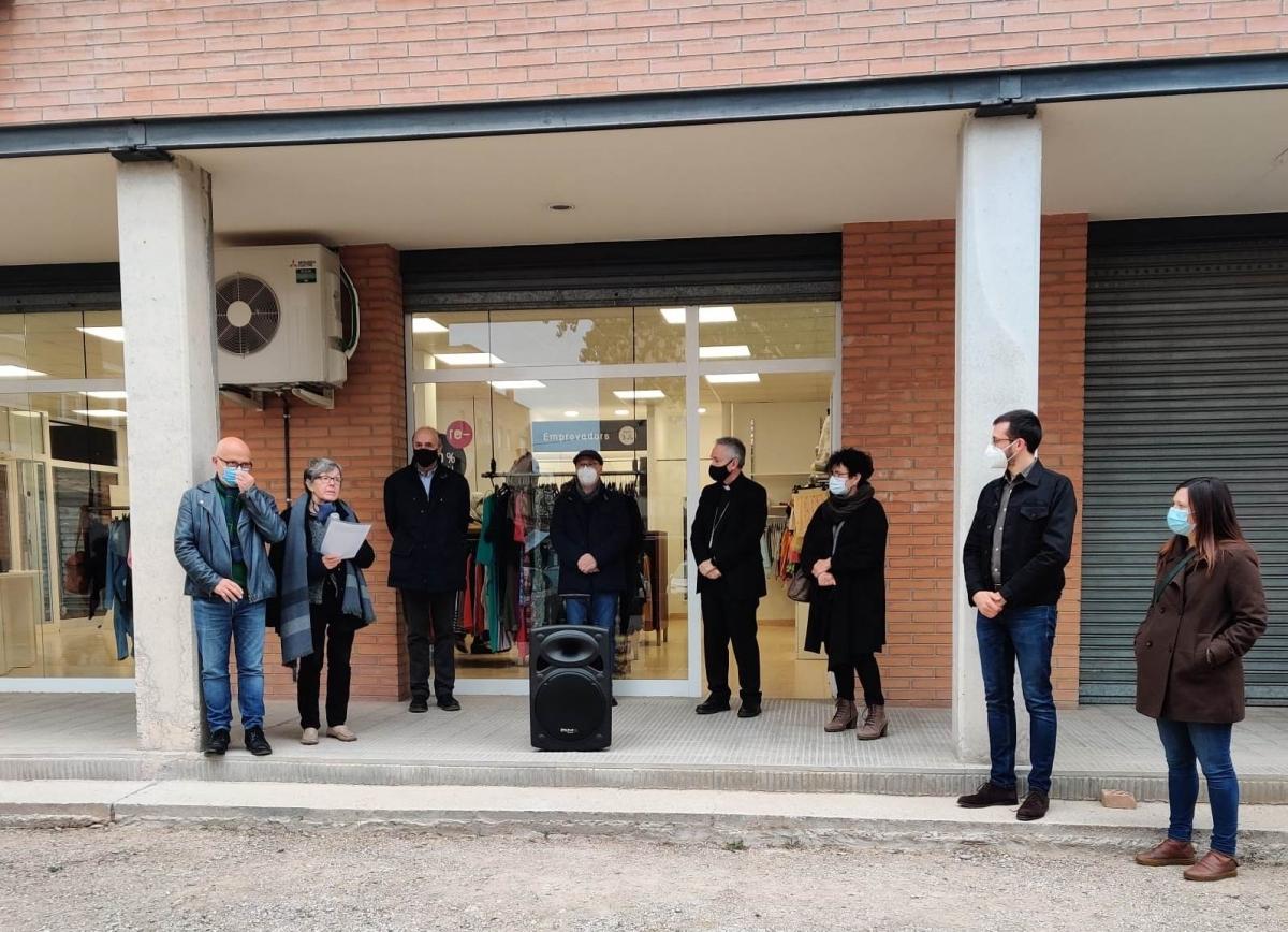 Les autoritats i representants del consistori, en l'obertura de la botiga