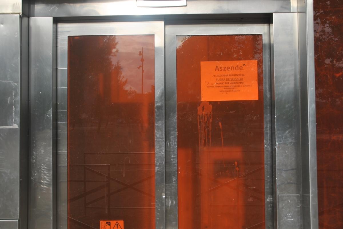 L'ascensor, amb el cartell que indica que és fora de servei