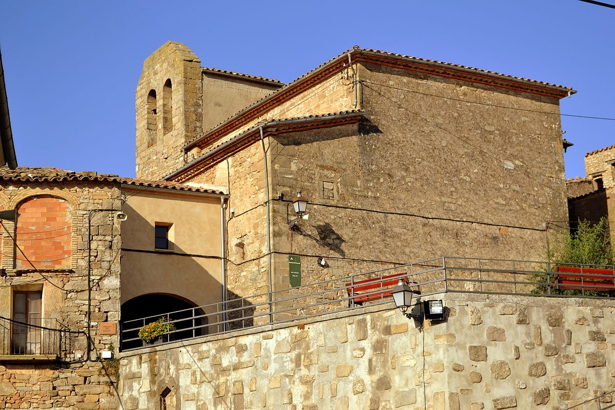 Bellprat (a la imatge, l'església de Sant Salvador) és el municipi més petit de la comarca i ha assolit el deute zero