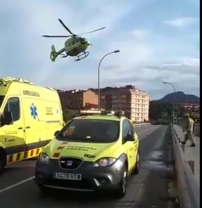 L'helicòpter medicalitzat surt del lloc de l'accident (Foto: Oriol Madrid)