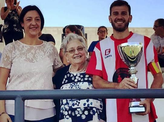 El moment del lliurament del trofeu, amb la vídua del doctor, al centre, i l'alcadessa, a l'esquerra