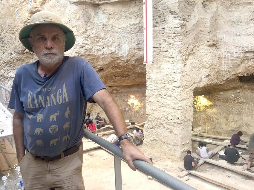 L'investigador Eudald Carbonell a les excavacions de l'Abric Romaní