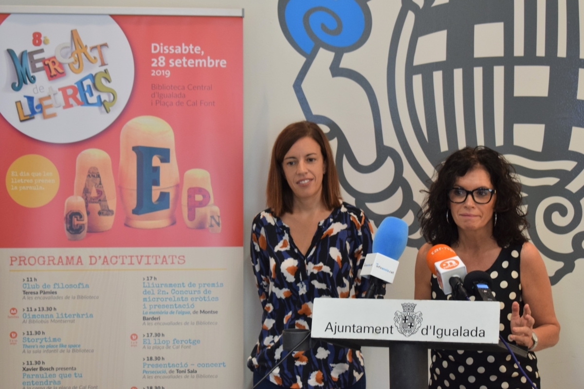 La regidora Marisa Vila, amb Montse Lobato, directora de la Biblioteca
