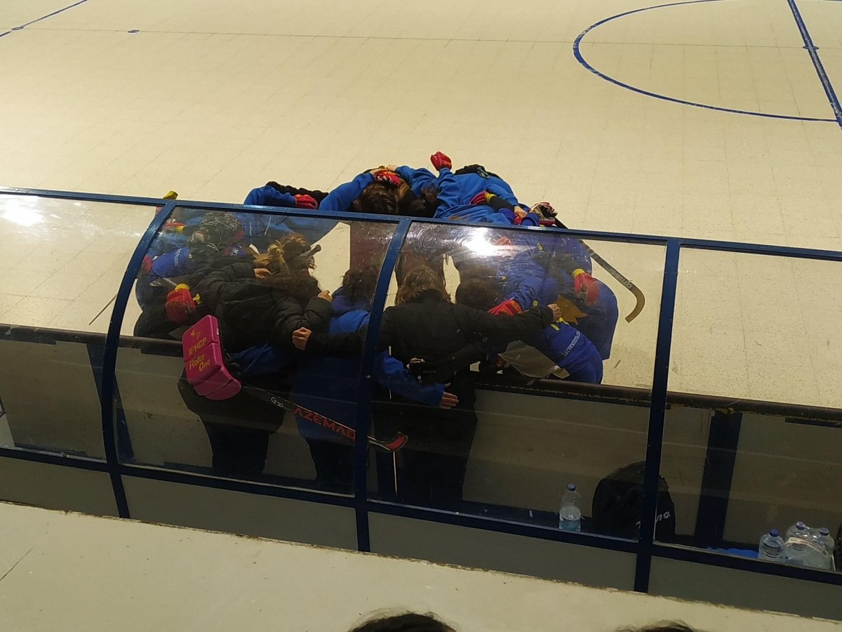 La pinya de les jugadores abans del partit