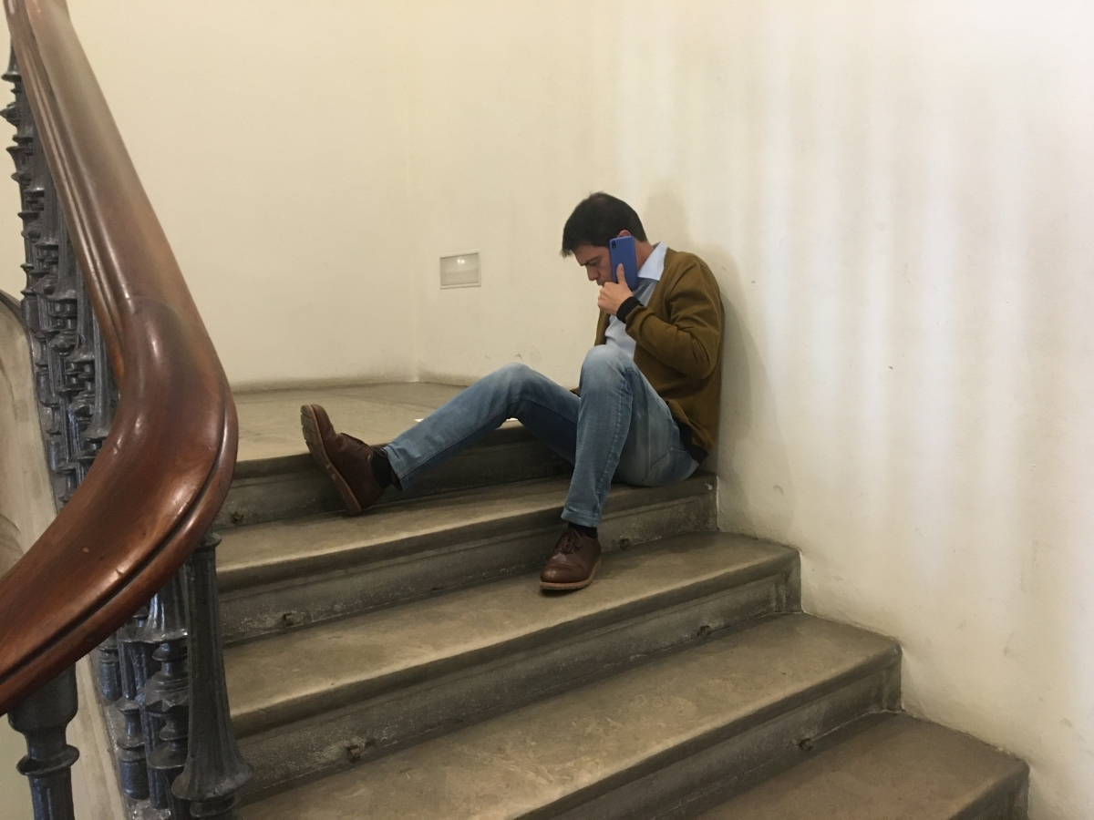 Marc Castells atenent una trucada a l'escala de l'ajuntament (Foto Toni Cortès)