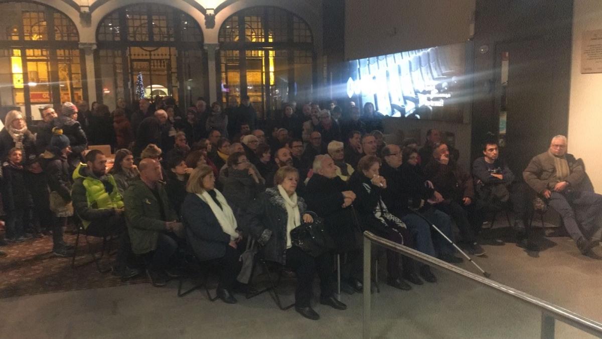 El públic que no va poder accedir al teatre va seguir l'acte des d'una pantalla instal·lada al vestíbul de l'Ateneu