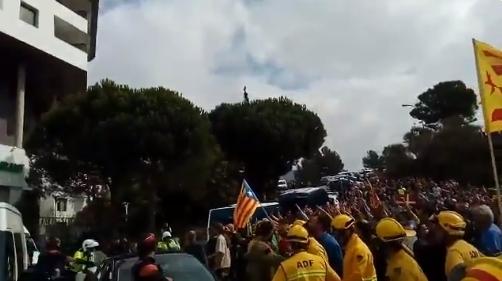 El moment de la marxa, amb desenes de persones davant l'hotel FOTO: Àlex A.