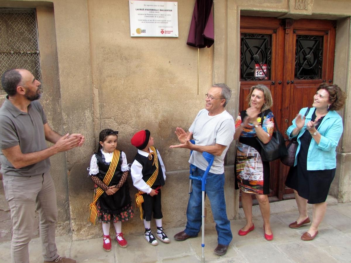 El moment de descobrir la placa en honor a l'històric calafí