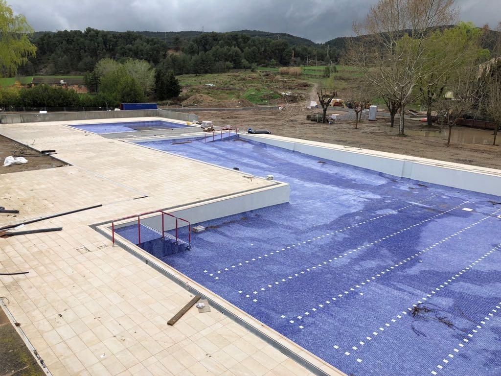 El vas de la piscina municipal, a punt per omplir