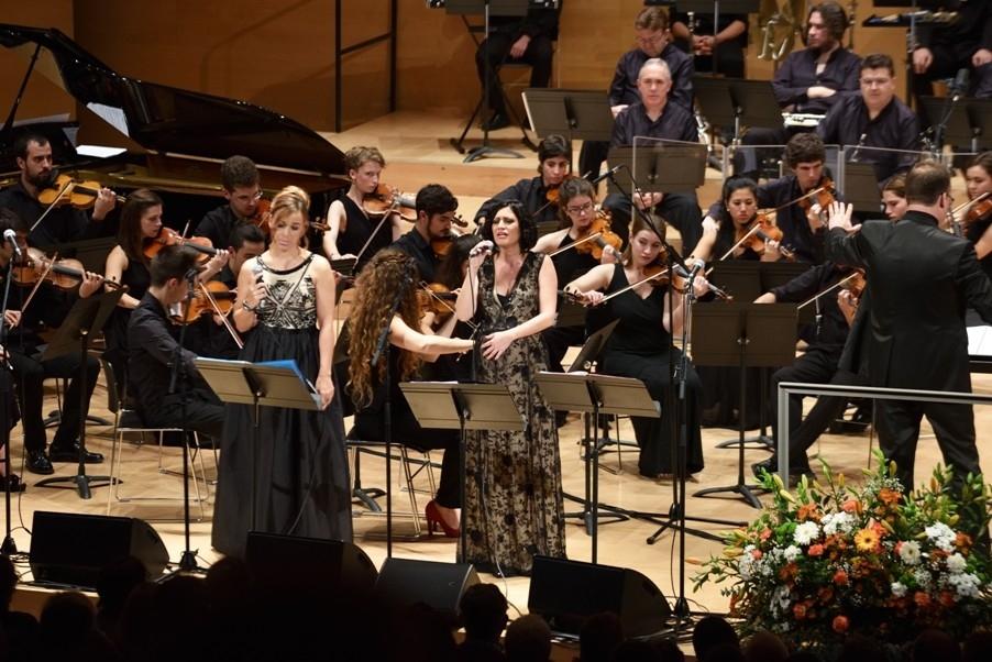 Beth Rodergas i Elena Gadel, amb l'orquestra