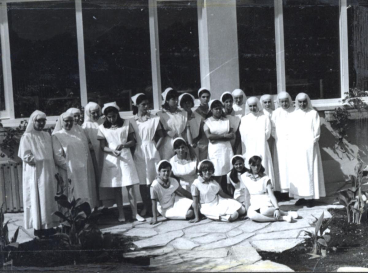 Les germanes amb una de les promocions d'infermeries dels anys 60  FOTO: Arxiu Comarcal