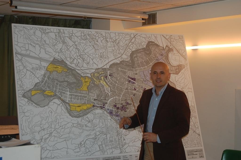 Jordi Pont, de CiU, amb el plànol del POUM