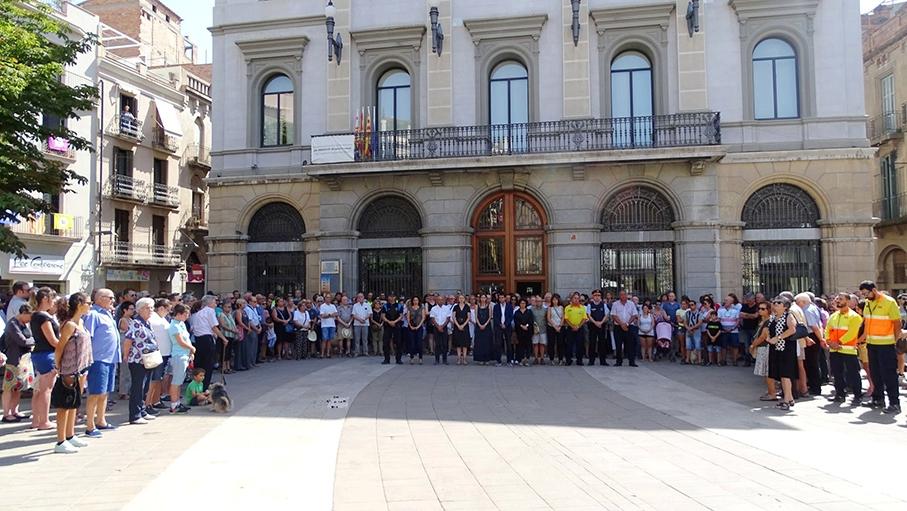 Minut de silenci davant l'Ajuntament d'Igualada