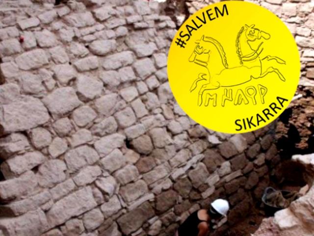 Fotografia de les excavacions amb el logotip de la campanya #Salvem Sikarra