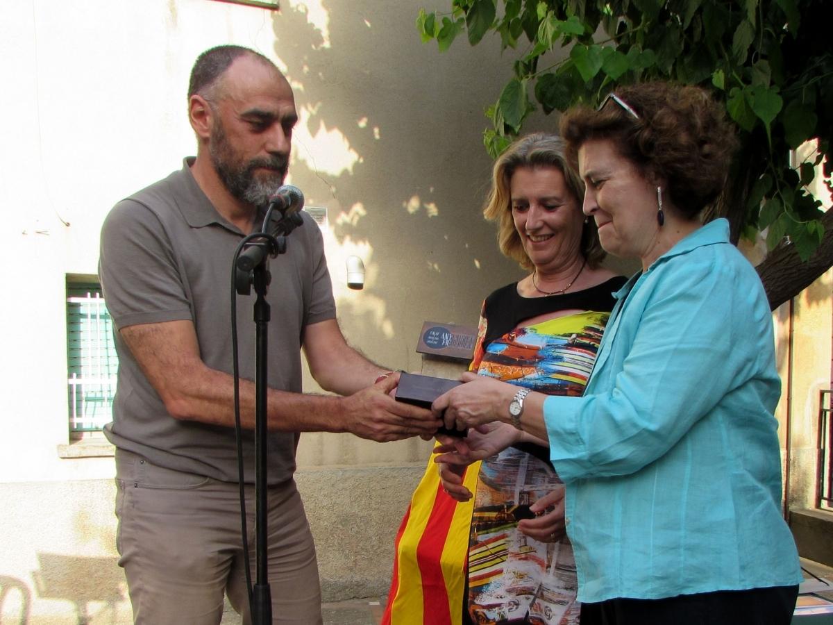 L'alcalde, amb dues de les descendents de Figuerola