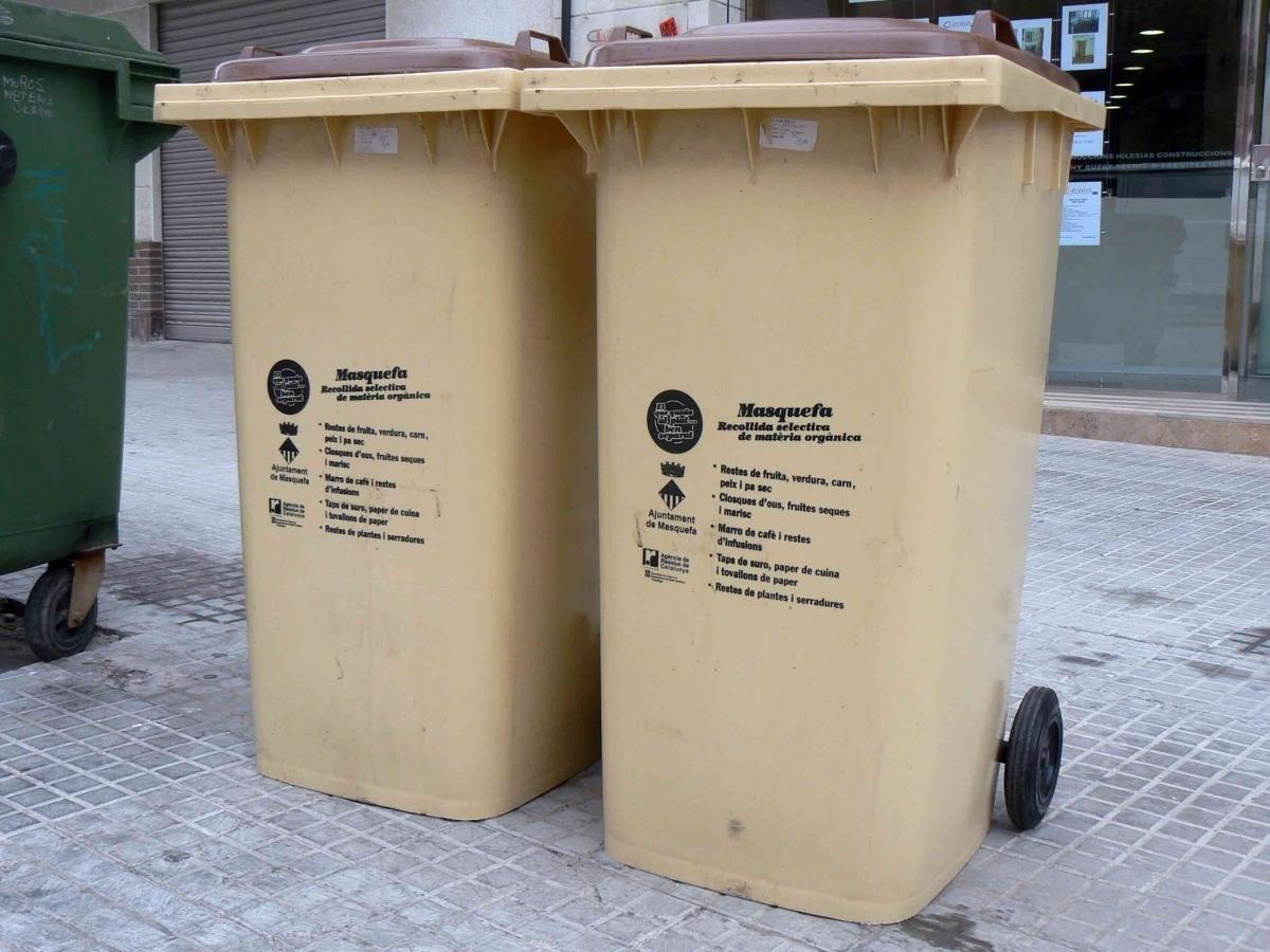 Els actuals contenidors de la neteja orgànica a la vila