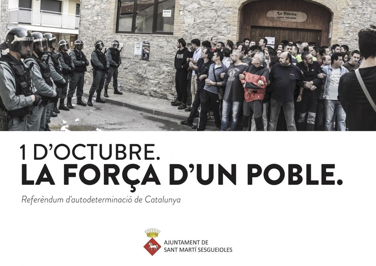 El cartell de l'exposició sobre l'1-O, amb una de les fotos que desmenteix les declaracions de la Guàrdia Civil