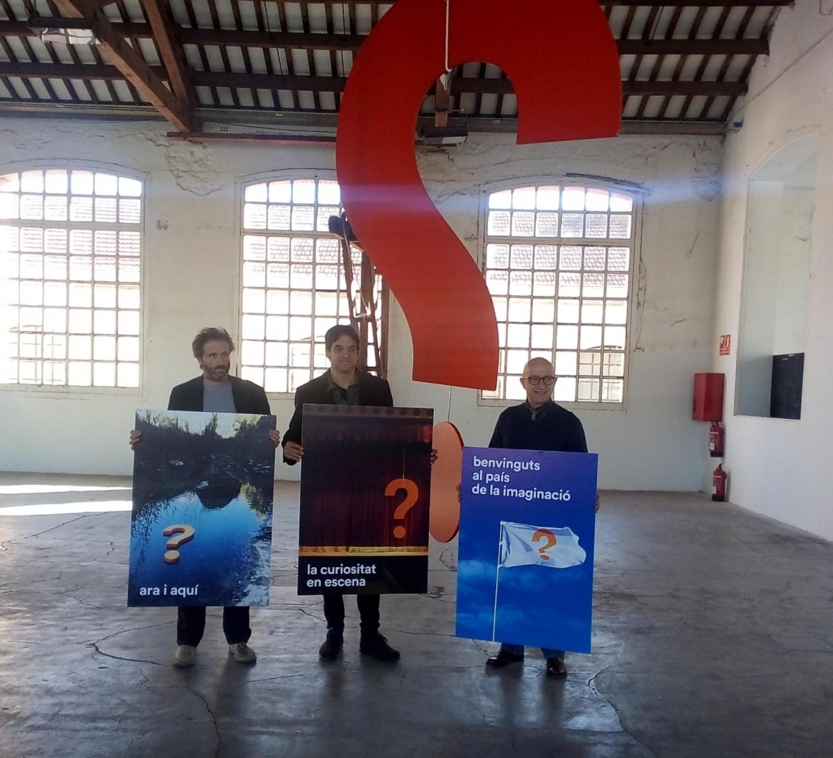 El creador del cartell, Ramon Enrich, esquerra, amb Pep Farrés i el regidor Pere Camps