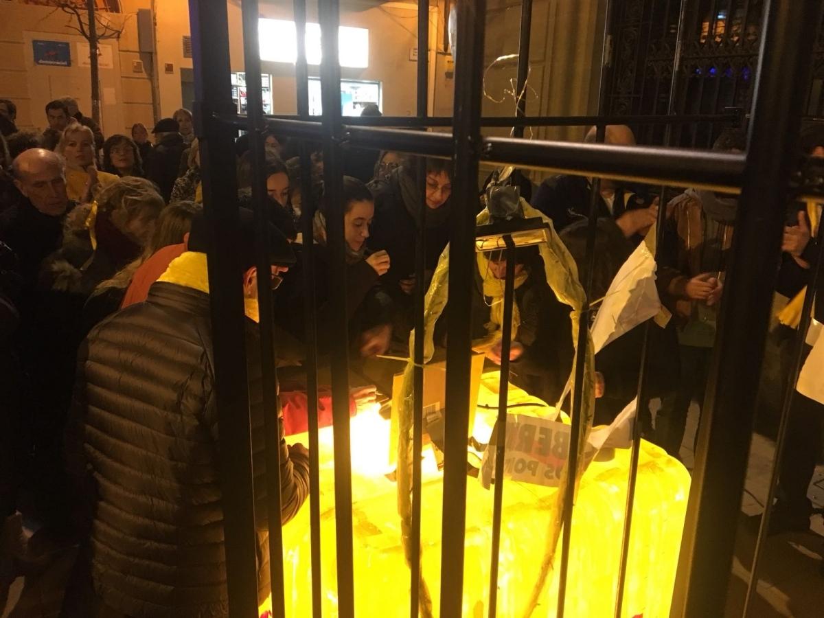 Els manifestants van signar la carta en una gàbia simbòlica