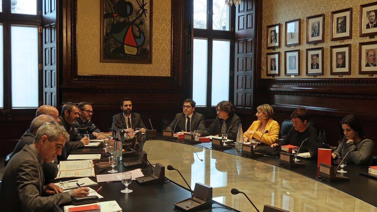 Alba Vergés, vestida de groc, en la reunió de la Mesa del Parlament