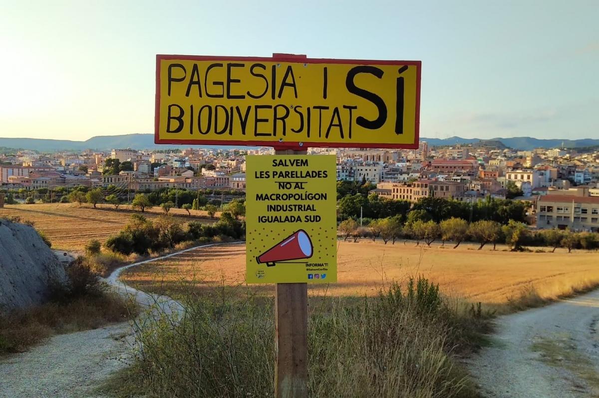 Un dels cartells dels contraris al polígon a la zona de Parellades FOTO: Salvem Can Titó