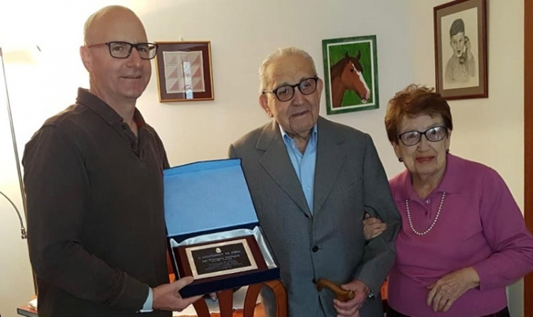 Jordi Madrid, amb el veterinari i la seva esposa
