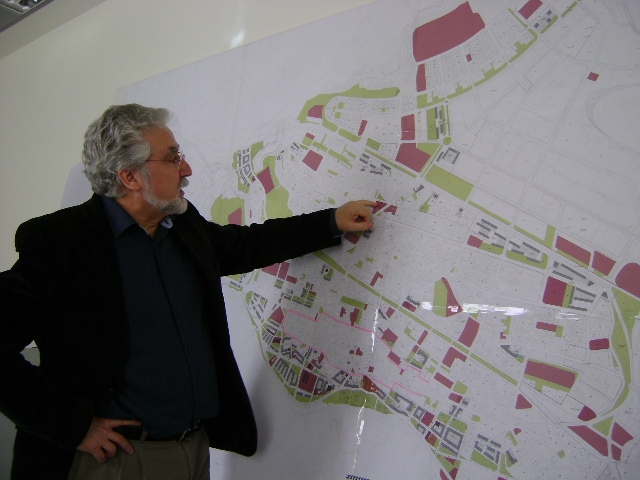 Antoni Pàmies, mostrant alguns detalls del POUM sobre plànol