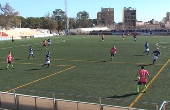 L'equip igualadí, aquest diumenge vestit de rosa, en un dels atacs
