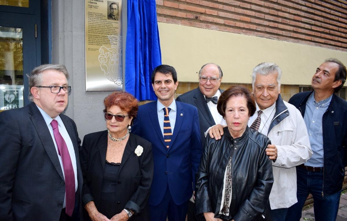 La família Gabarró, amb representants del Col·legi de Metges amb l'alcalde de l'Ajuntament d'Igualada