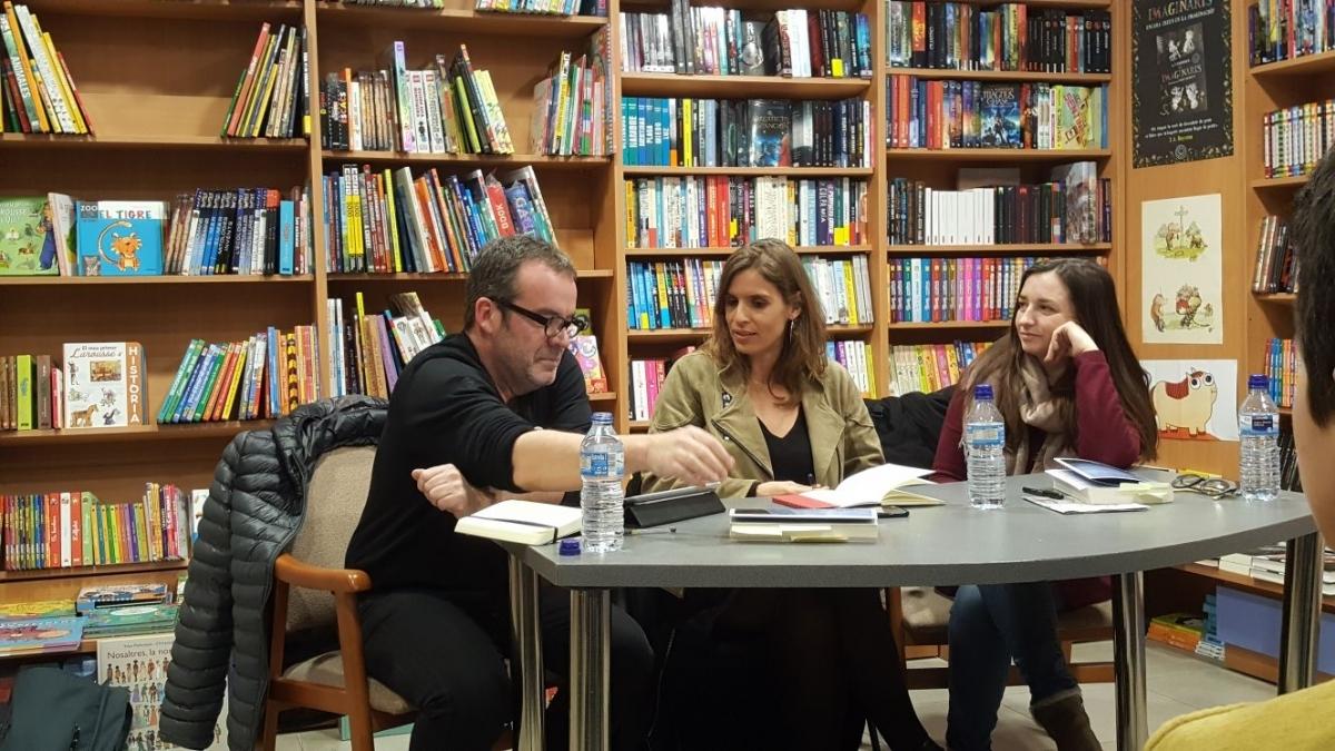 Laura Pinyol, al centre, a la presentació de la seva primera novel·la a Igualada