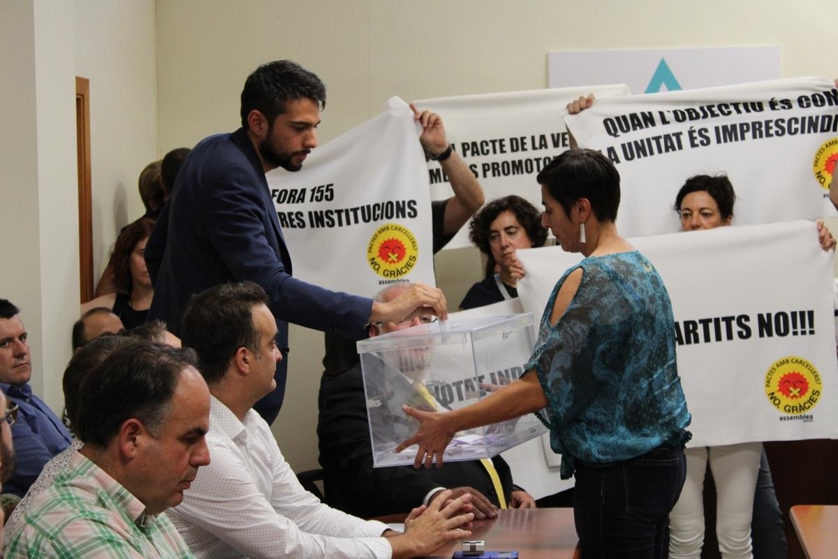Jordi Parcerisas, de Junts, i que és aliat a ERC als Hostalets, en el moment del seu vot