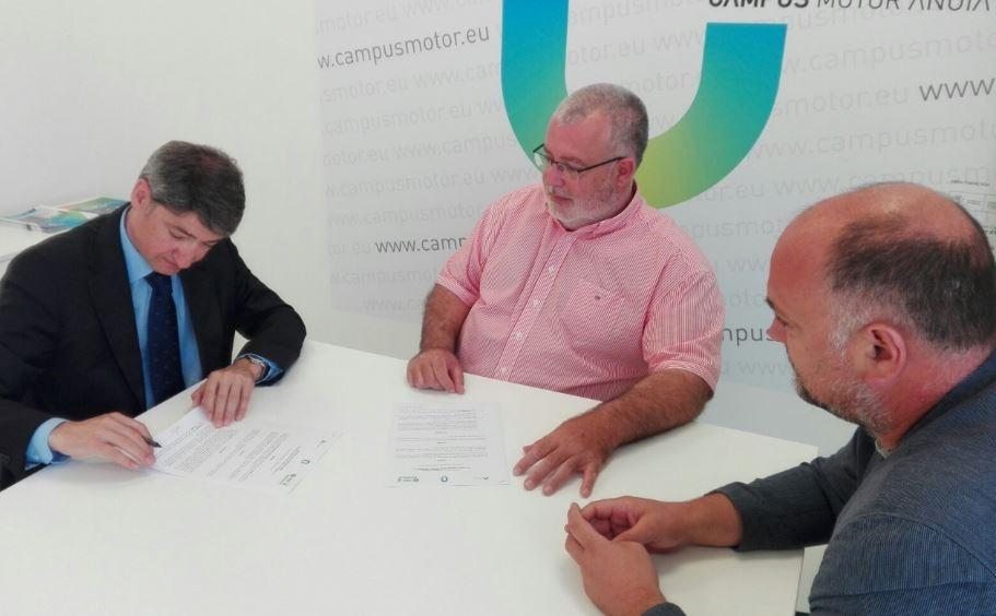Francesc Pua, gerent de Servisimo, Xavier Boquete, president CCA i Joan Serra, alcalde Castellolí i conseller Consell Comarcal, firmant un dels convenis de finançament