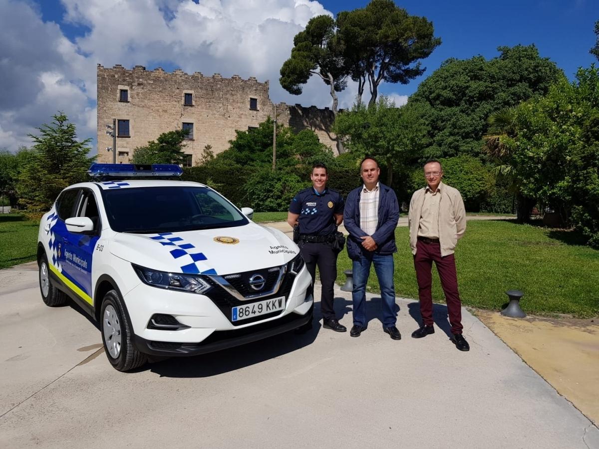 El nou vehicle, amb els agents locals i representants municipals