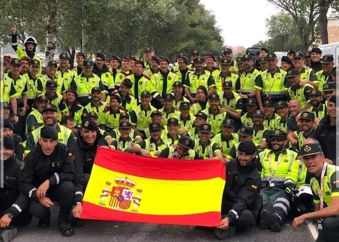 Una imatge per a la polèmica, amb cossos de seguretat amb la bandera espanyola en el pas per Igualada