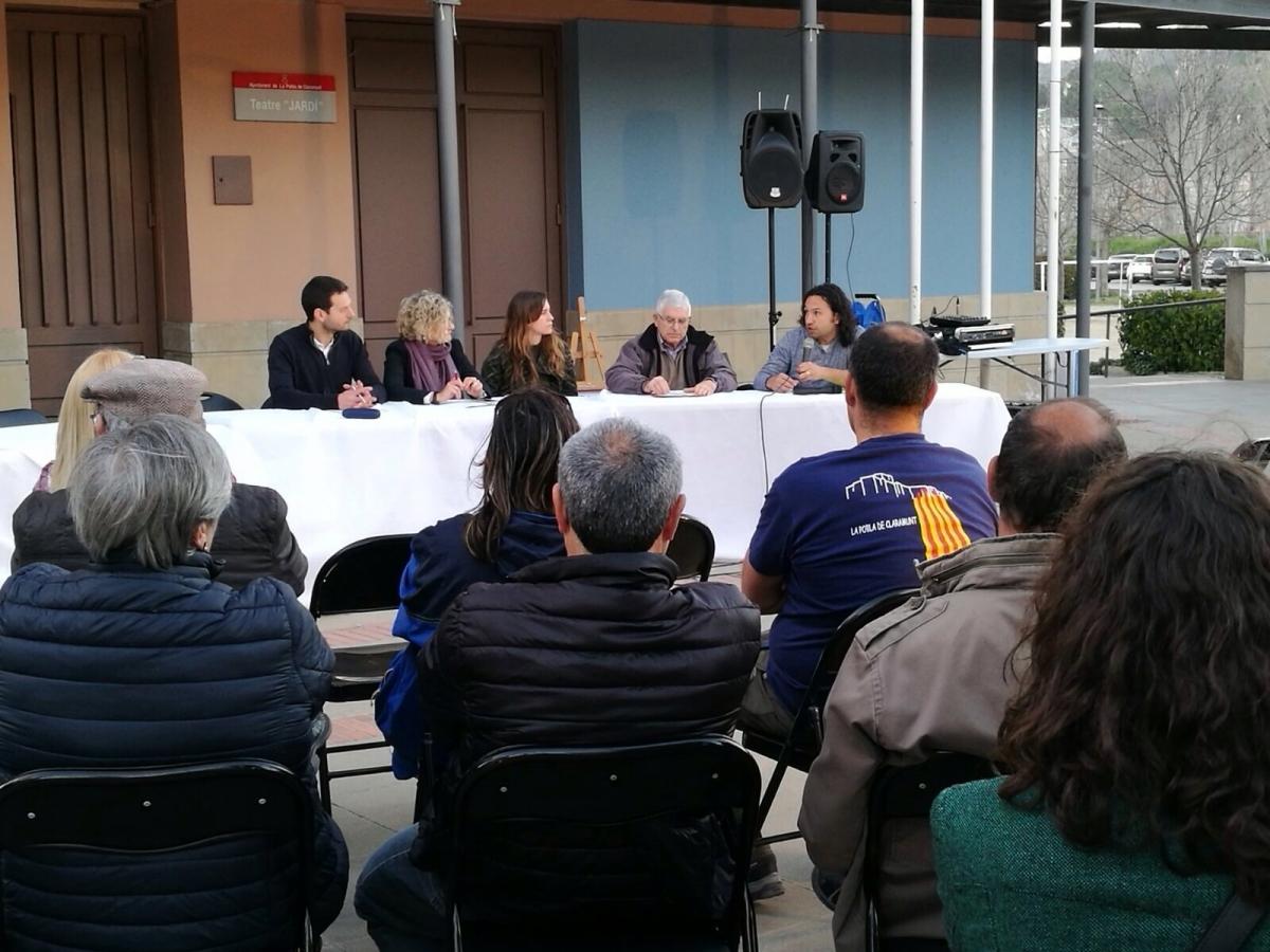 Els regidors de l'oposició, a la plaça amb l'edifici consistorial a darrere