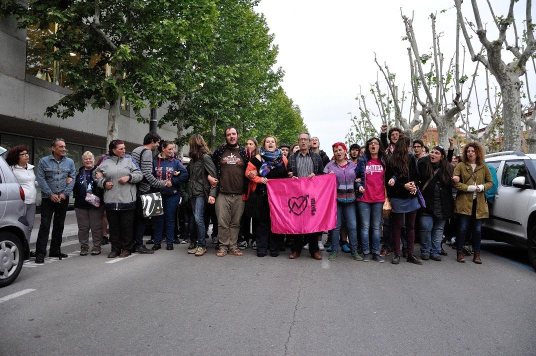 Al final de l'assemblea, el col·lectiu va recórrer el Passeig FOTO: Dani Fons