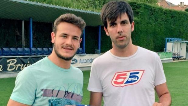 Gabriel Pérez, a l'esquerra, el dia de la presentació al seu nou club, la UE Avià
