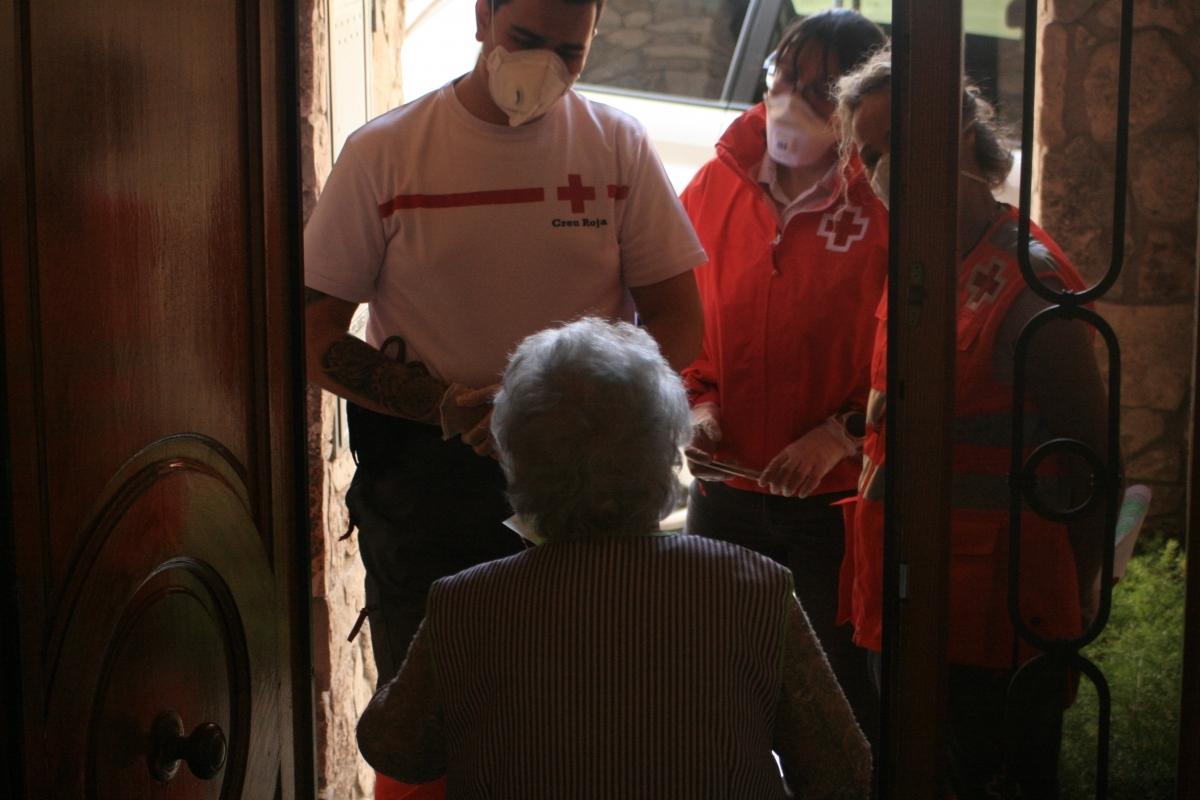 Voluntaris de Creu Roja Anoia visiten una persona gran al seu domicili (Foto: TCM)