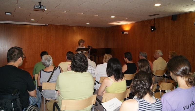 Maria Enrich presentant el balanç a la Biblioteca