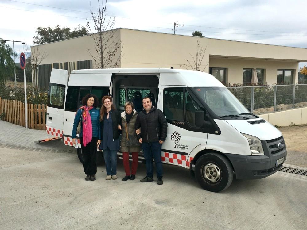 El furgó adquirit, una Ford Transit, amb els responsables del centre i l'alcalde Daniel Vendrell, a la dreta