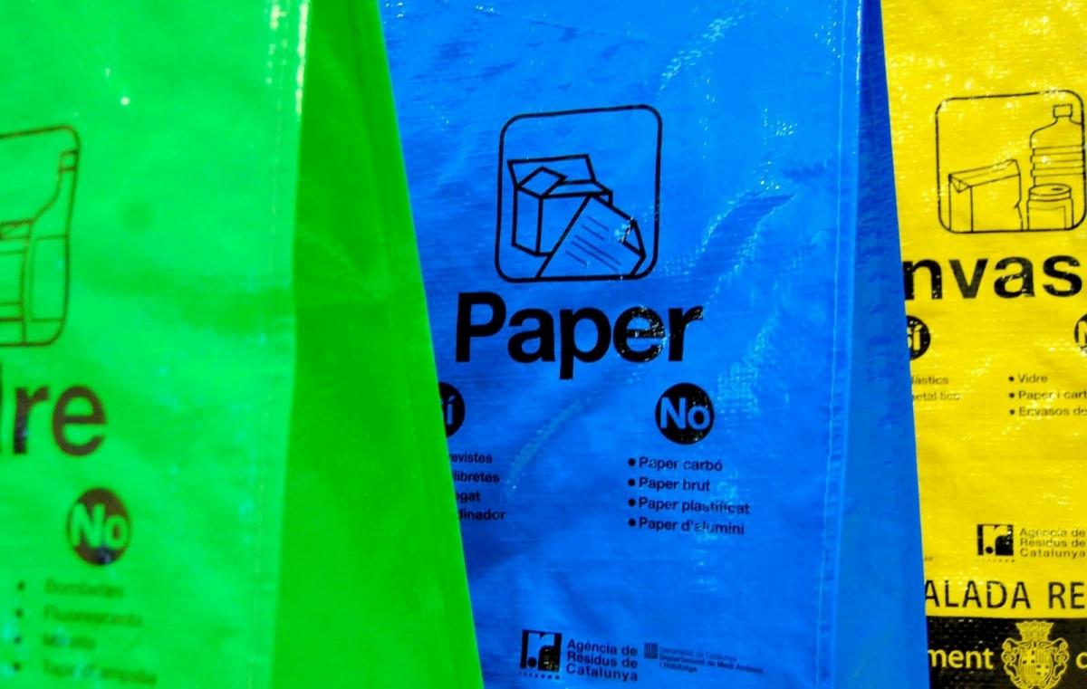 Les bosses de reciclatge que es reparteixen a Igualada