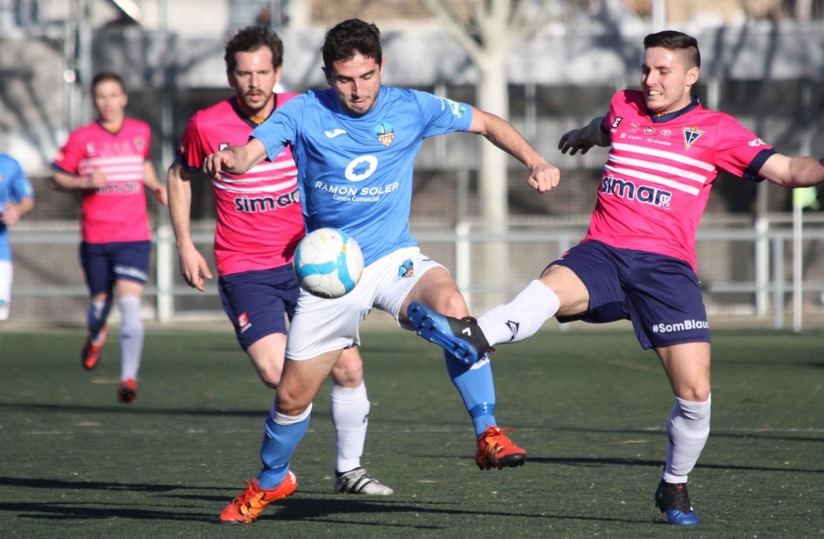 Un atacant del Lleida, perseguit pels jugadors igualadins