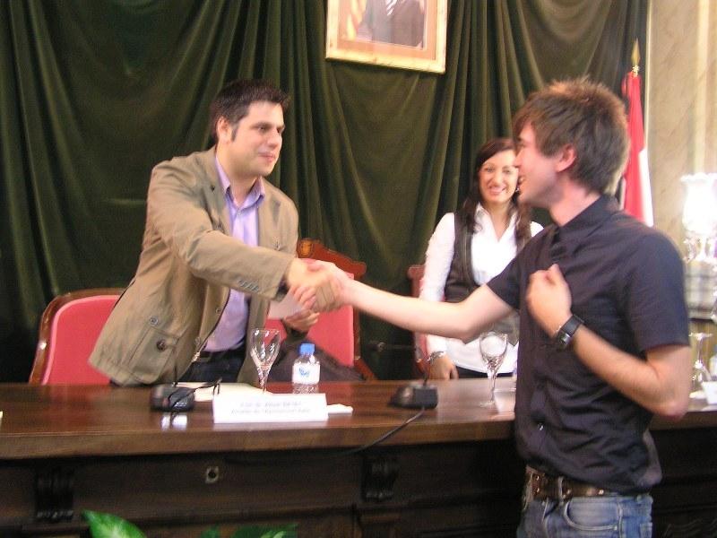 David Soler recull el primer premi de relats breus de Valls de la mà de l'alcalde del municipi Albert Batet