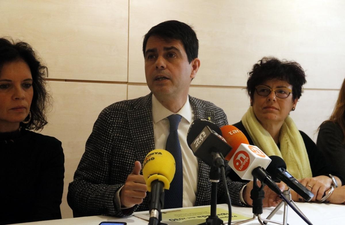 Castells, entre les tinents d'alcalde Marisa Vila (esquerra) i Carme Riera FOTO: ACN